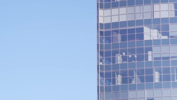 Mrakodrap. Panorama windows Office s odlesky oblohy a město