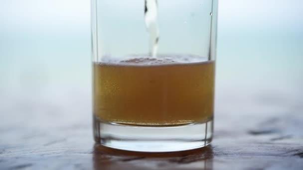 Ömlött, sör, víz hideg sör sör üveg Ice, és hab. brewery pub, vagy étterem, egy fa asztal