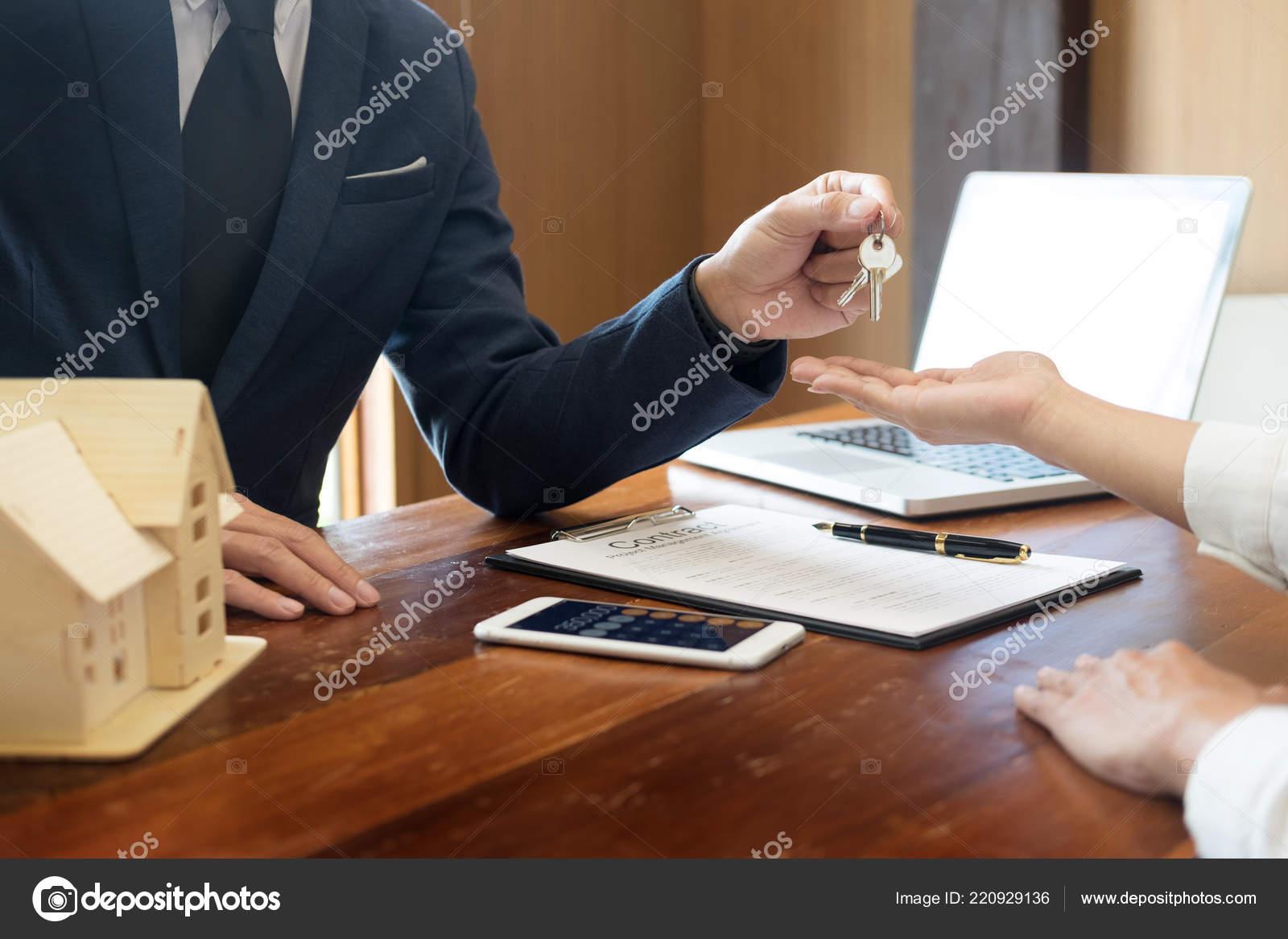 684c6e8ab72 Παράγοντα Πάρει Κλειδιά Για Πελάτη Νέο Σπίτι Χέρι Του Κτηματομεσίτη ...