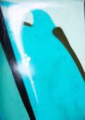 Große bunte Hintergrund oder Textur. Abstrakter Beton mit Rissen, Kratzern und Resten alter Farbe in verschiedenen Schattierungen. Landschaftsstil. Raue Betonoberfläche
