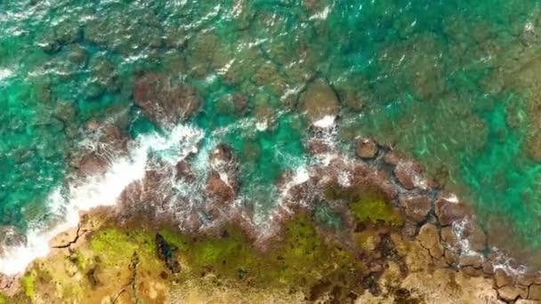 A gyönyörű tengeri vízfelület légi felülnézet