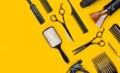 Fotografie Profesionální kadeřnice vlasy obráběcího nástroje a příslušenství s kopií prostor