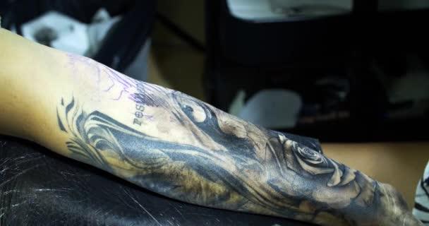tetovací zařízení. vytváření obrazu po ruce s ním v salonu