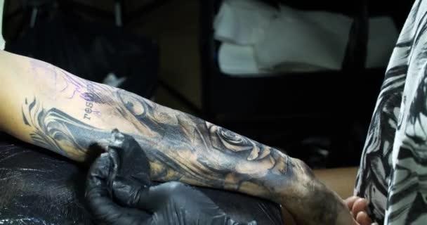 tetováló gép. képalkotás kéznél vele a szalonban