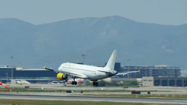 Commercial airliner landing at Barcelona International Airport.Airbus A320-200 aircraft landing at Barcelona Airport. Passenger airplane landing.Aircraft landing at Barcelona Airport.Vueling Airlines passenger airplane landing.Flying airplane ap