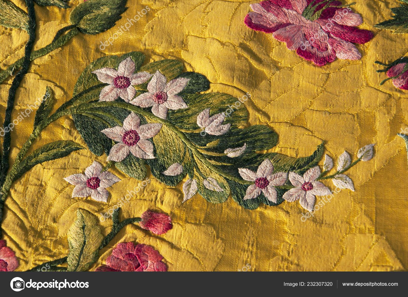Эта вышивка XVIII века встречается от 1740 находится в моей коллекции. Я  приобрел это 30 лет назад. Он был датирован экспертом и был частью передней  части ...
