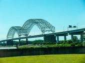 Memphis Visitors Centre Tennessee USA am Mississippi und die nach den Kurven benannte Dolly Parton Bridge. Memphis ist der Geburtsort des Rock n Roll, die Heimat der Blues-Musiklegenden Elvis Presley, Johnny Cash und B.B. King, haben hier ihre Spuren hinterlassen