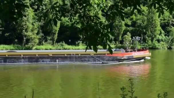 Guels, Německo - 2. července 2018: Nákladní loď dlouhá řeka míjí na řece Mosele. Mosel řeka teče přes Německo, Francii a Lucembursku a spojuje řeka Rýn v Koblenz, Německo. To je hlavní trasa pro komerční dopravu a řeky ČR