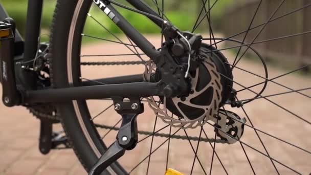 Údržba jízdních kol. Montáž nového kola 16