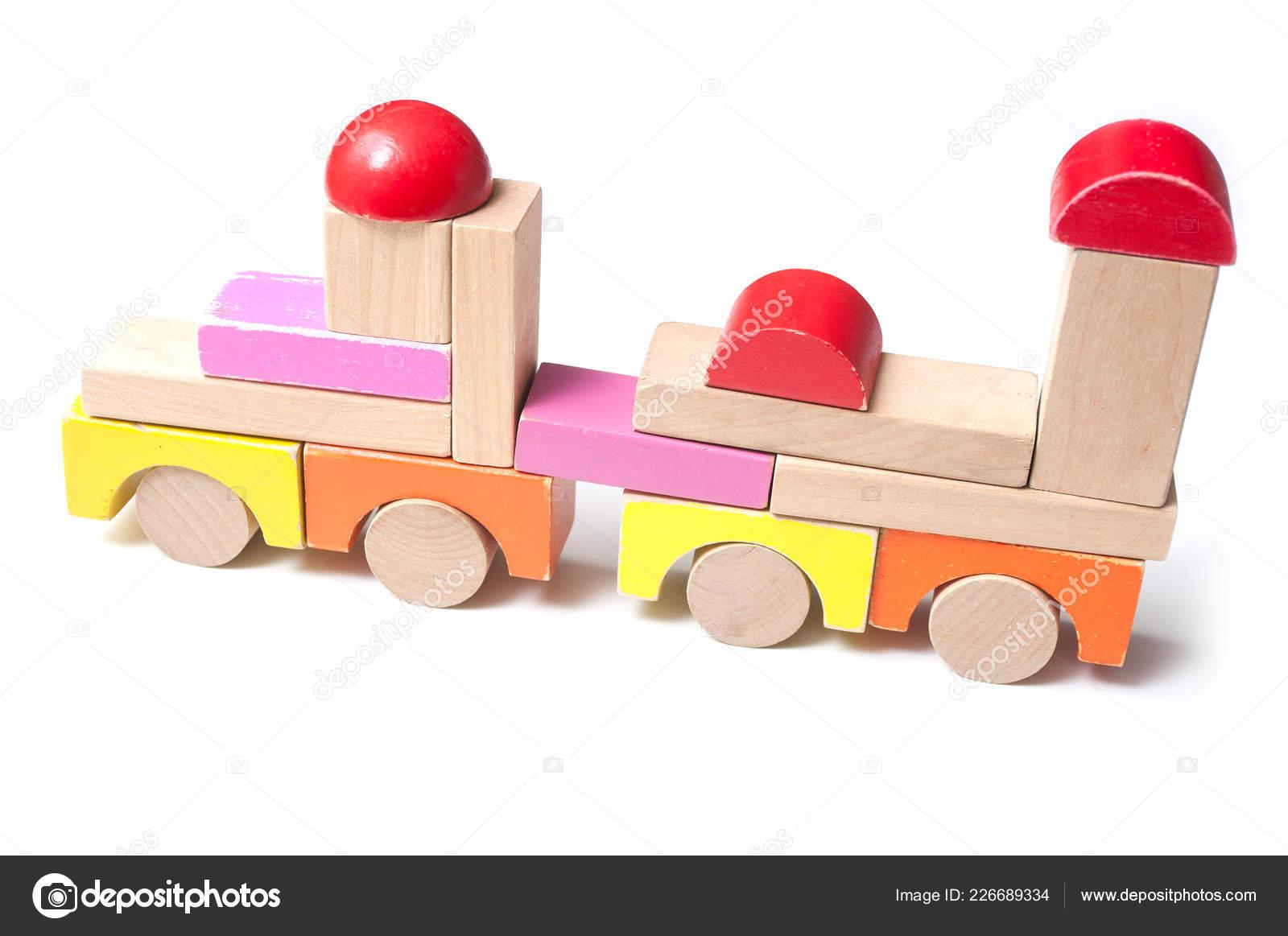 крупным планом поезда красочные деревянных блоков белом фоне