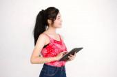 Portrait von thailändischen Erwachsenen schöne rote Hemd mit ihrem Tablet.