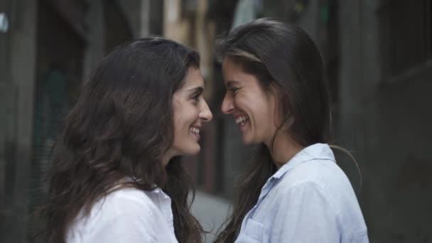 Lesbičky se dívají jeden druhému do očí. LGBT