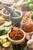 Auswahl an thailändischen Zutaten zum Kochen auf Holztisch