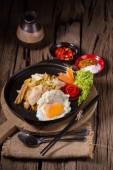 Fotografie Asijské nudle s čerstvou zelenou cibulkou a vejcem na starý dřevěný stůl