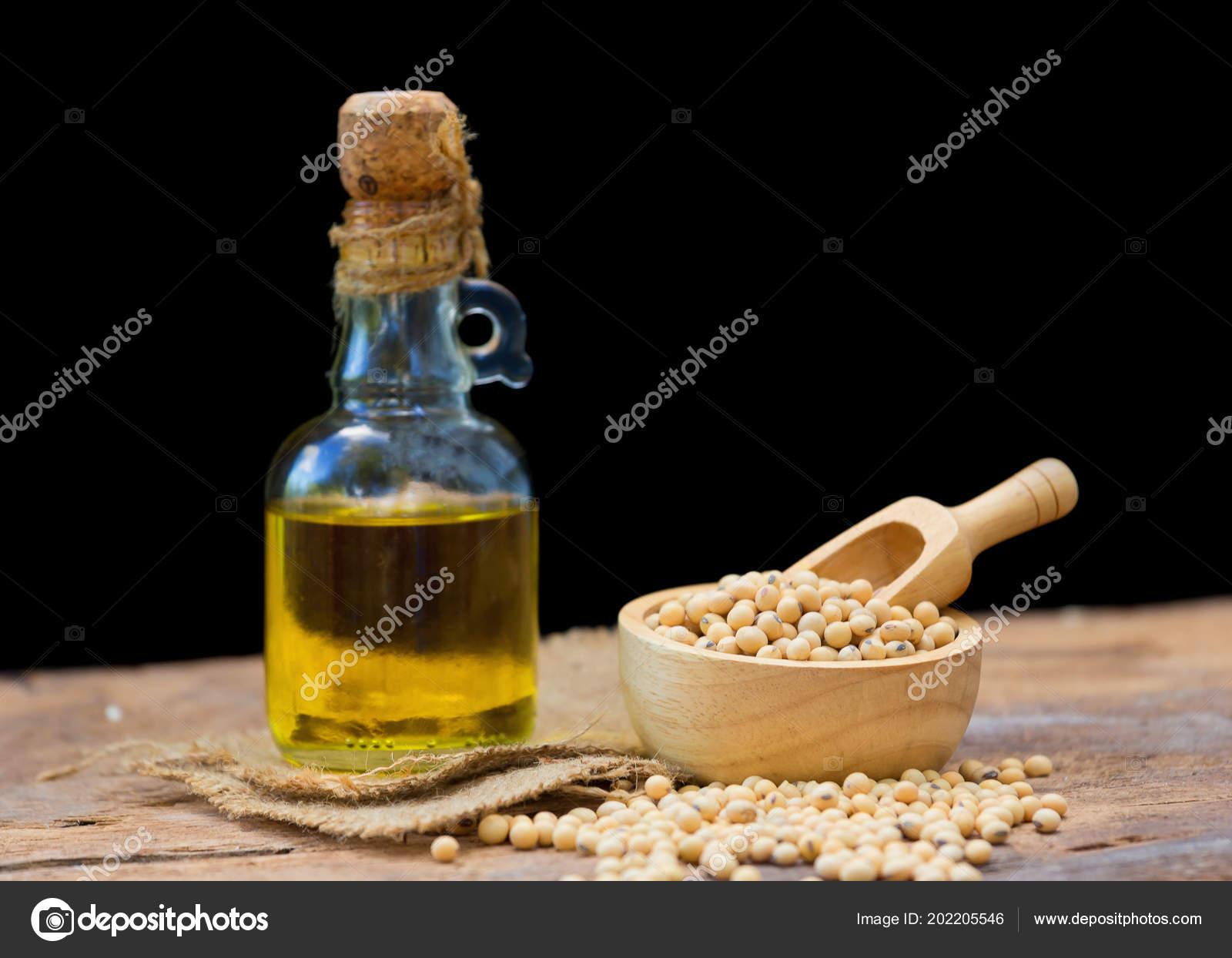 Soja und Soja-Öl auf Holztisch — Stockfoto © kaiskynet@gmail.com ...