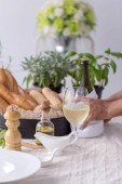 Fényképek Fehér tábla pezsgő, ebéd megterített asztal pezsgős
