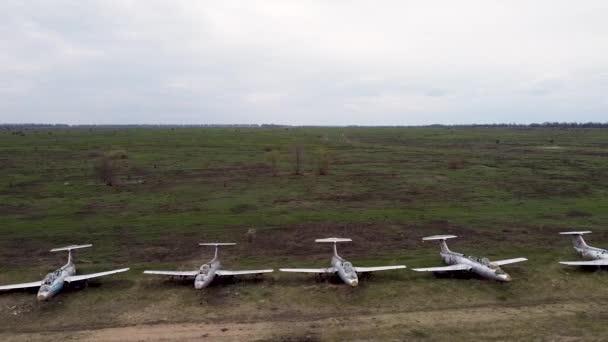 Eine Reihe verlassener Militärflugzeuge. Ausgemusterter Militärstützpunkt zur Lagerung von Flugzeugen