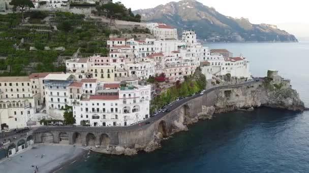 Letecký pohled na krásnou destinaci Amalfi podél pobřeží Amalfi v jižní Itálii. Jedna z nejnavštěvovanějších lokalit v Itálii u Salerna, Neapole, Sorrenta a Positana.