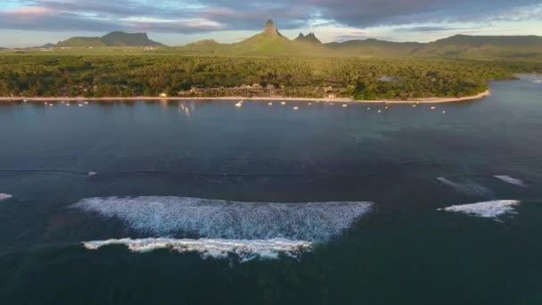 Lélegzetelállító kilátás Mauritius tengerpartjára, Zöld-hegységre, erdős tájra. Habzó hullámok