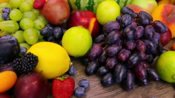 Různé bobule a ovoce