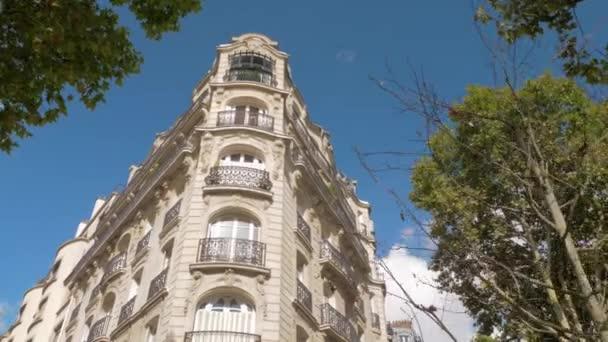 Außenansicht des Eckgebäudes im Barockstil in Paris, Frankreich