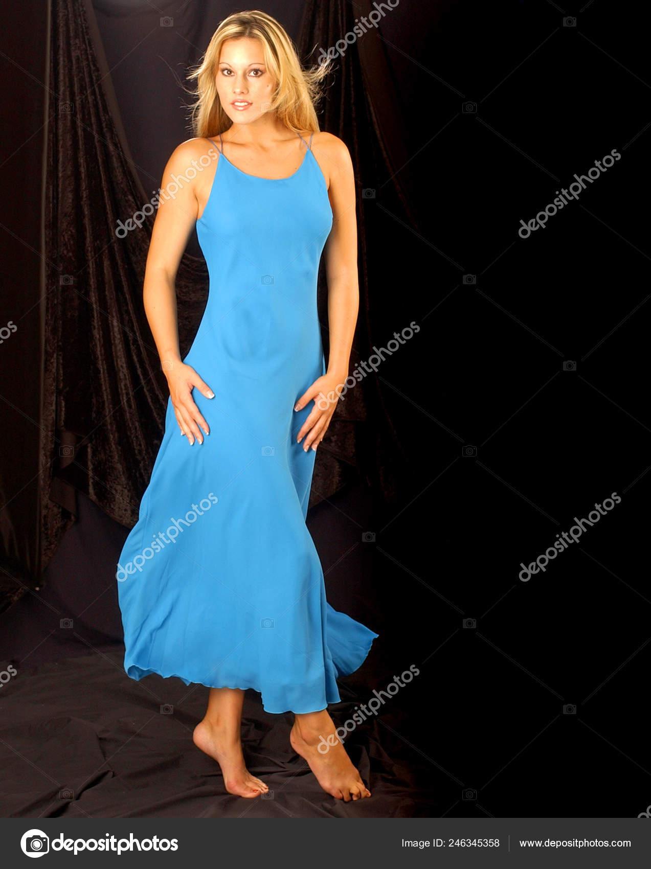 621945fd8 Hermosa Mujer Vestido Azul Escote Negro Fondo Correas Para Los — Foto de  Stock