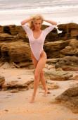 Lauren Thompson na sobě jeden kus holé bílé tanga plavky na krásné dlouhé vlasy blondýny pózovat na pláži na skalách písek oceán pláž na tropickém ostrově elegantní štíhlé hodiny sklo tvar přírodní energické sugestivní provokativní krása sprostý vysoká škola