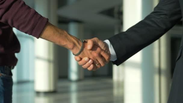 Ti dva si potřásli rukou v úřadu. zpomalený pohyb