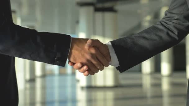 Ti dva obchodníci si potřásli rukou. zpomalený pohyb