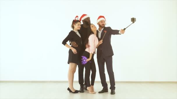 Die Geschäftsleute machen Selfies auf weißem Hintergrund. Zeitlupe