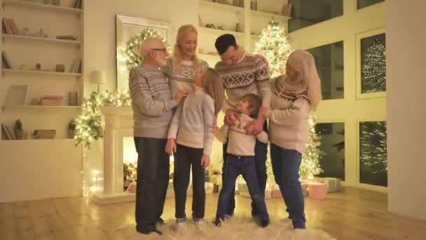 Šťastná rodina pózující u vánočního stromku