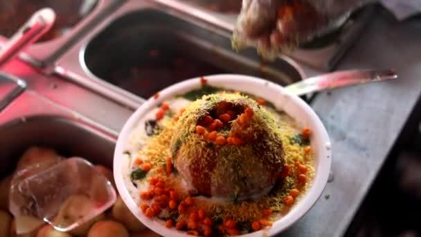 Výroba indického stylu ulice chaat a raj kachori s koření, červená omáčka a kukuřice.