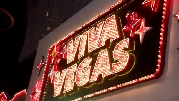Prosvětlený neonový nápis Viva Vegas ve Fremont Street Las Vegas