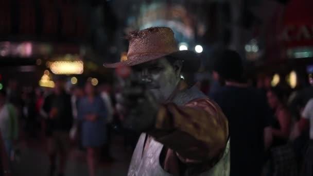 Muž peforming v Sin City Las Vegas Fremont City Zkušenosti s pistolí