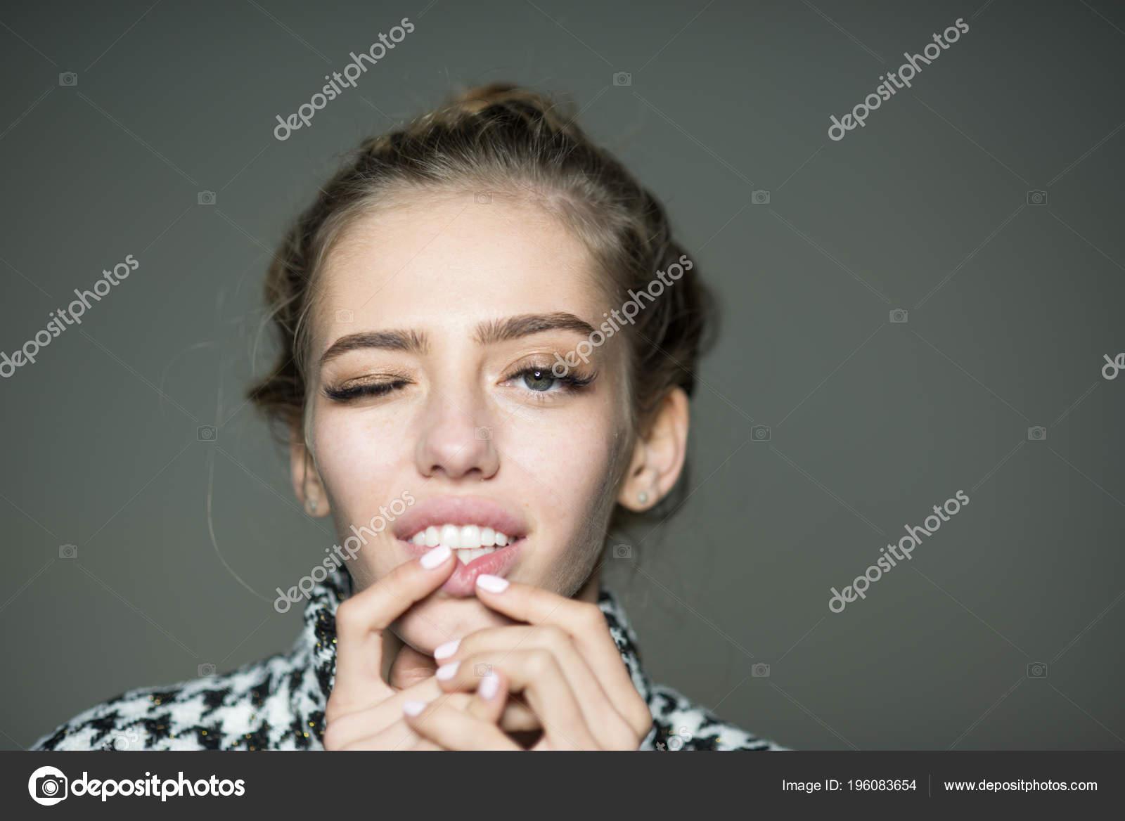 Почему девушки кусают за губу