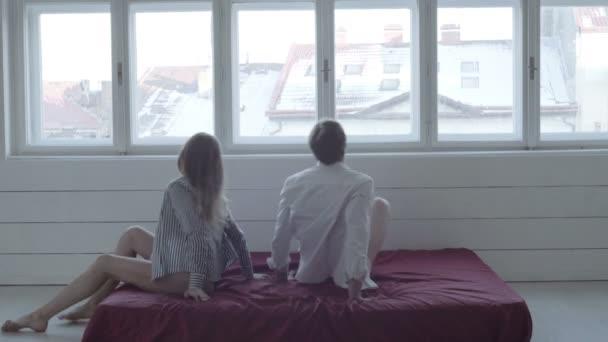 Paar verliebt. Romantisches Paar im Bett genießen sinnliche splay. Schönes Paar liegt zusammen auf dem Bett
