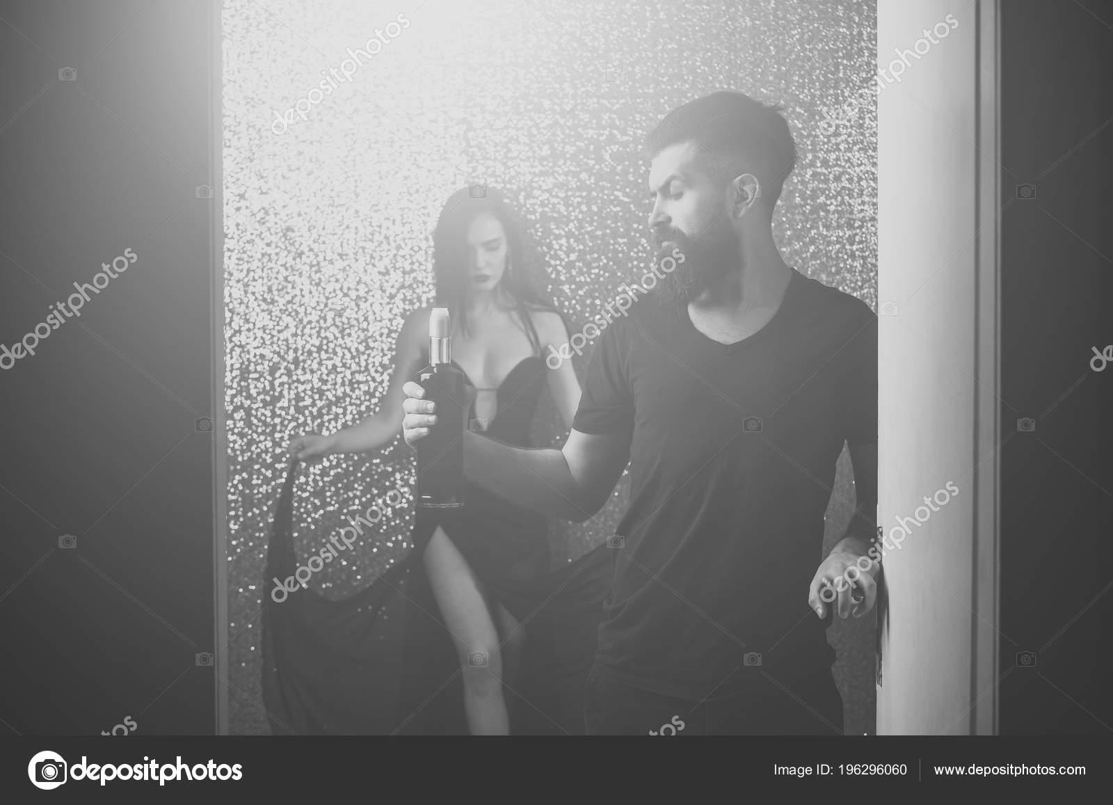 Фото раздевающихся пар, худую проститутку жестко трахнули
