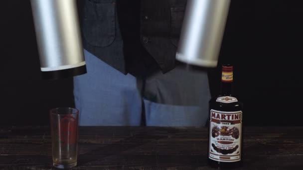 Mann Zeigt Tricks Mit Flasche Mann Zeigt Tricks Mit Flasche