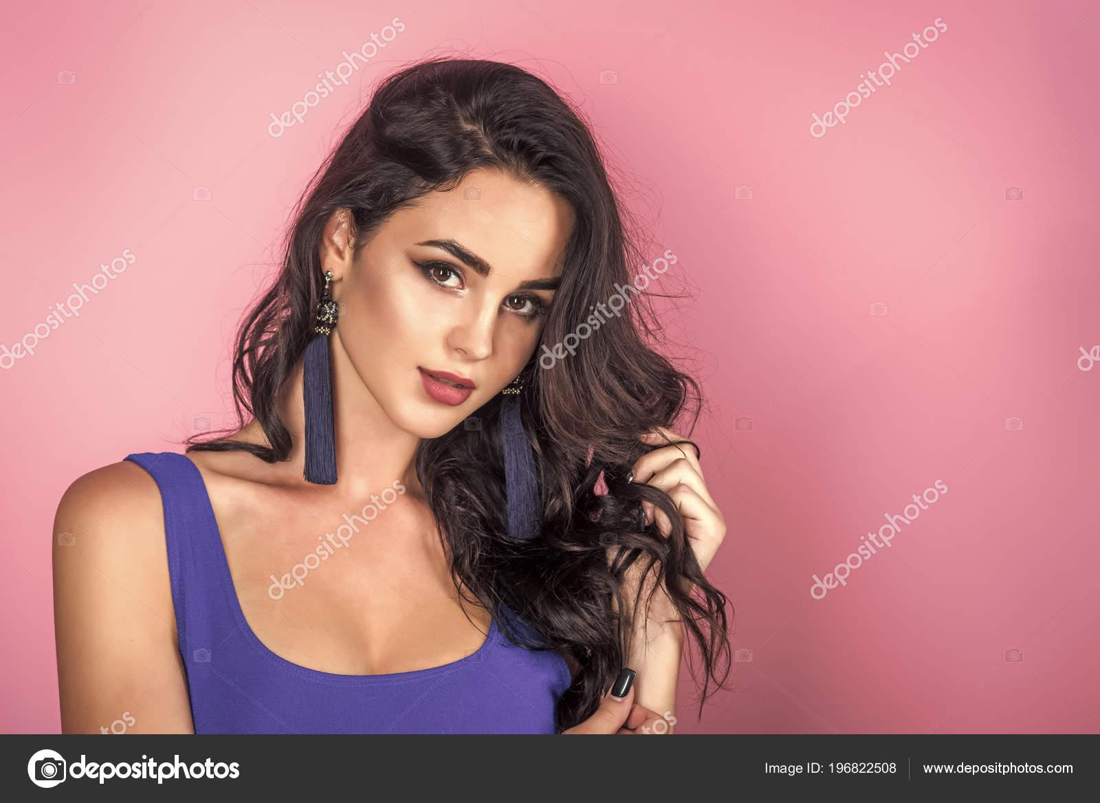 Sexy Frau Frau Mit Make Up Gesicht Im Blauen Kleid Auf Grauem