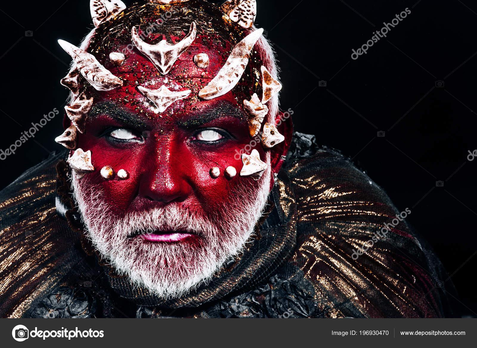 Mann Mit Roter Drachenhaut Und Weißen Bart Halloween Make Monster