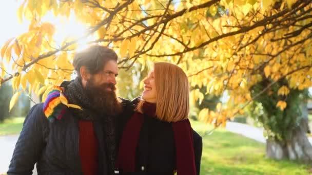 Krásný podzimní den suny. Vášnivý pár líbání, chlapec a dívka. Pár v lásce