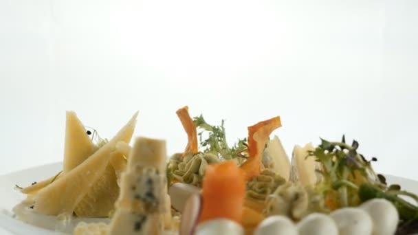 Smíšené sýrový talíř diner od různých druhů sýra zdobené olivách vlašské ořechy salát petržel