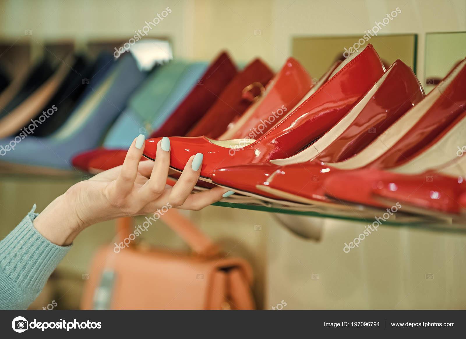 1983a34fef Bellezza e moda. Vetrina con mano e scarpe donna — Foto Stock ...