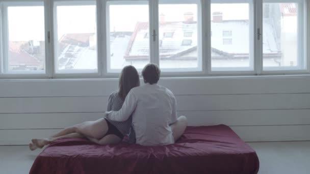 schönes leidenschaftliches Paar hat Sex im Bett. junges verliebtes Paar auf dem Bett