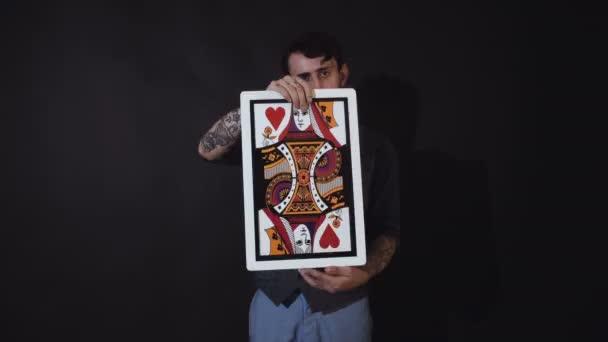 Muž ukazuje triky s kartami. Magic, výkonnost, cirkus, hazardní hry, kasina. Zobrazit koncept - kouzelník zobrazeno trik s hrací karty