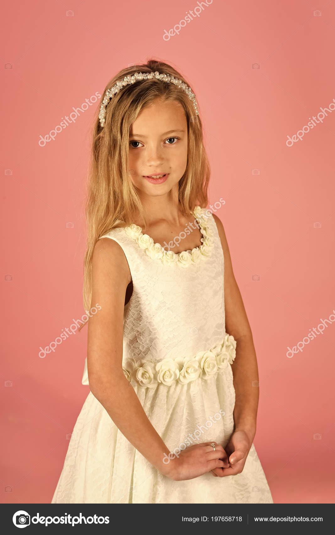 Kleines Mädchen in modische Kleidung, Prom. Mode und Schönheit ...