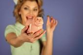 Fotografie Frau Gesicht Schönheit. Retro-Frau halten sparschweinchen, Sparschwein für Einsparungen