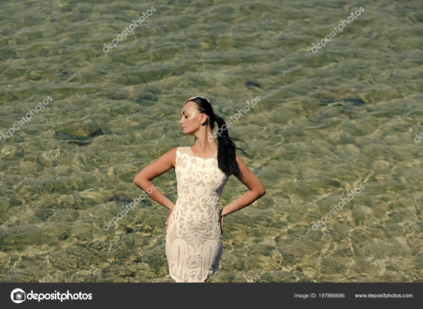Фотографии женщин стоящих в воде, телка раком небритая