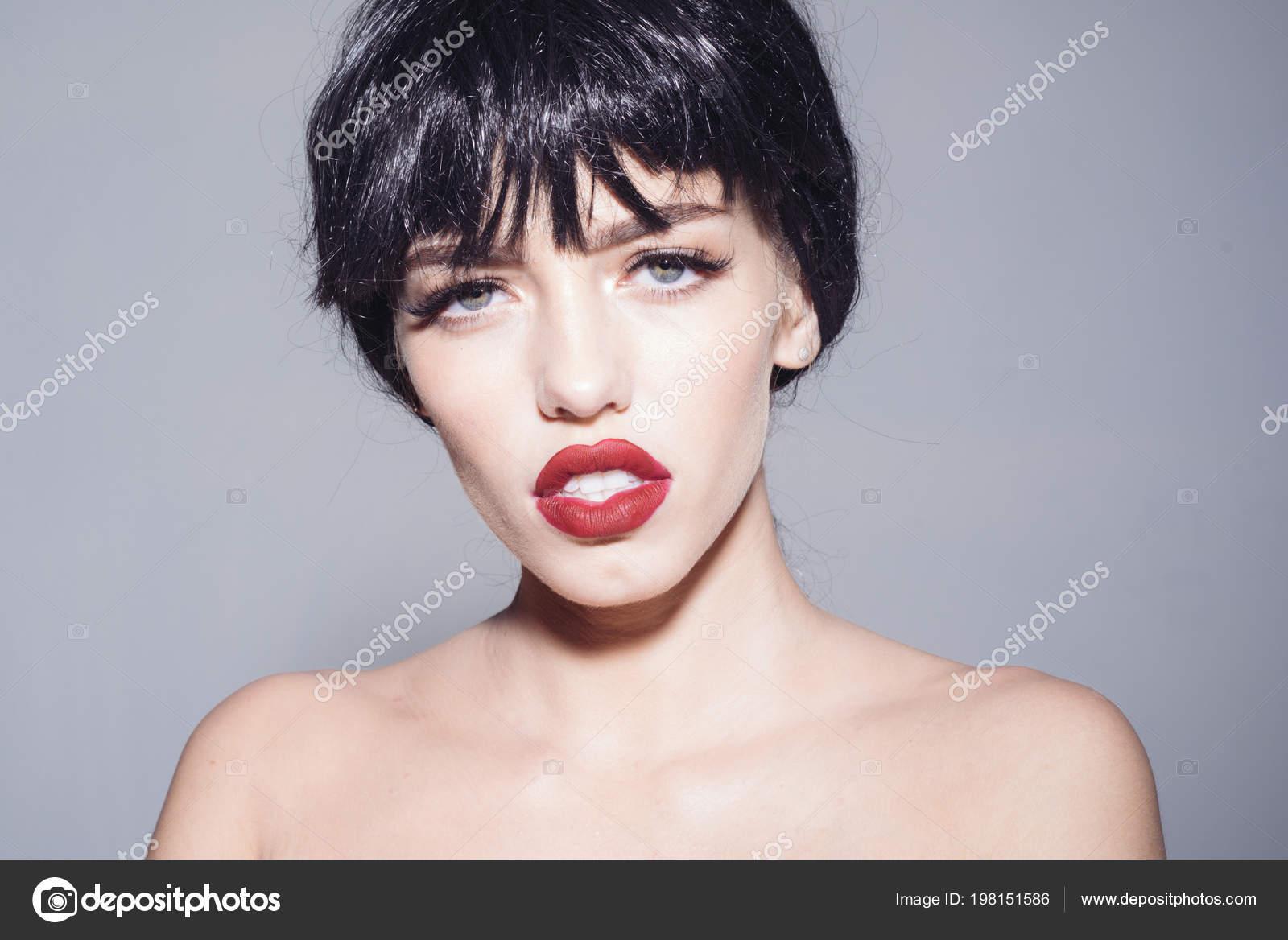Portret Młoda Kobieta Z Czarnym Bob Fryzura Sexy Czerwone Usta