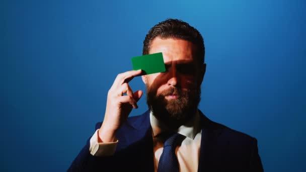 férfi előveszi a névjegykártyát a zsebében az üzleti öltöny